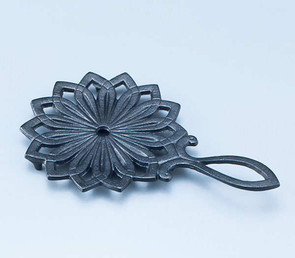 20130604 Handcraft Nanbu iron ware Iron kettle rest with flax ornament