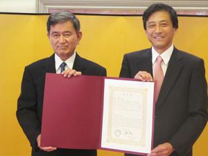 Mr. Toshio Handa, left, and Consul General Jun Niimi (Cultural News Photo)