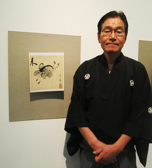 Shikishi exhibition curator Hirokazu Kosaka and his shikishi. (Cultural News Photo)