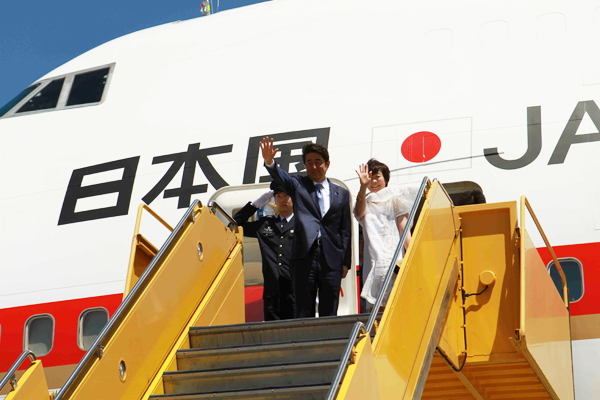 Mr. Abe and his wife Akie wave at LAX (Cultural News Photo by Tomiaki Iwakura)