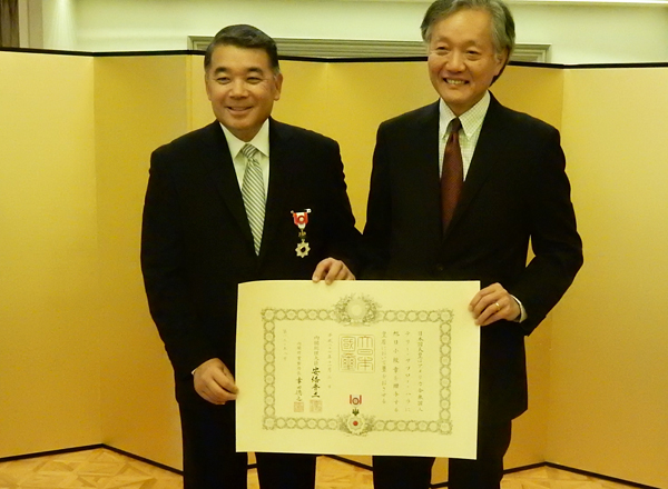 Japan's medal recipient Mr. Terry Hara, left, and Japanese consul general Harry Horinouchi at the conferment ceremony for Mr. Hara. (Cultural News Photo)