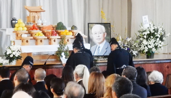 The funeral of Dr. Uesugi at Tenrikyo Mission in Los Angeles. (Cultural News Photo)