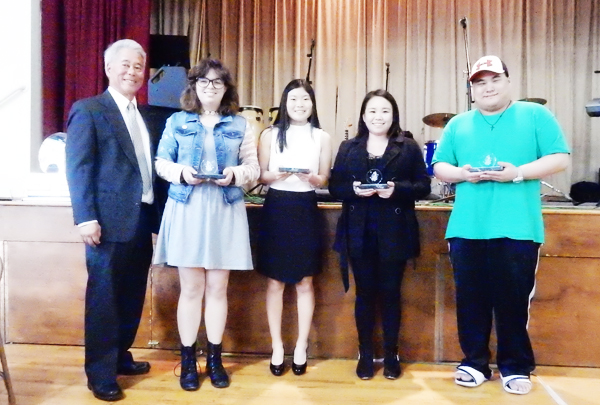 Wade Utsunomiya, left end, and 2016 awardees of the Amy Utsunomiya Memorial Youth Community Service Award (Cultural News Photo)