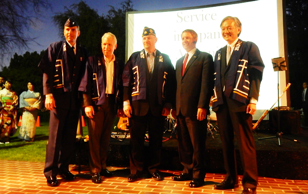 From left, Col. James Bell, Space and Missile System Center, Los Angeles Air Force Base; Mr. Richard Weir (Lt. Col. Ret.), Northrop Grumman Corporation; Mr. Karl Risinger, Adjutant of the Hollywood American Legion Post 43; Mr. Doug Erber, Present, Japan-US Society of Southern California; and Japanese Consul General Harry H. Horinouchi. (Cultural News Photo)