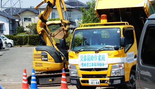 A truck seen near a shelter in Mashiki machi town has a sign of a rescue work vehicle sent from the Pipelining Work Company Association in Miyasaki prefecture. (April 30, 2016, Cultural News Photo)