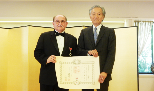 Conferment Ceremony: Japan's medal recipient Dr. James Folsom, left, and Japanese consul general Harry Horinouchi. (June 16, 2016. Cultural News Photo)