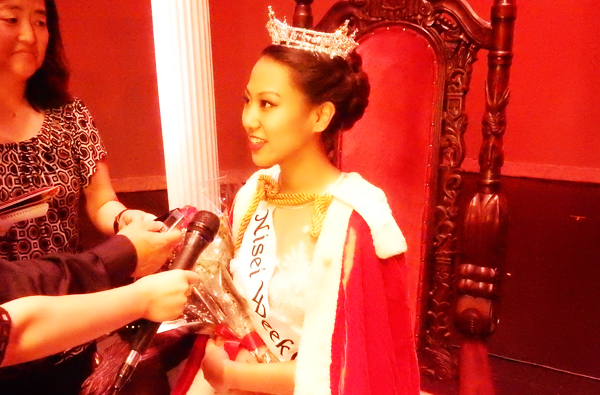 The 2016 Nisei Week Queen Jaclyn Hidemi Tomita is interviewed by Japanese American media after the Coronation program on Aug. 13. (Cultural News Photo)