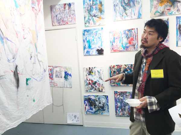 "Tomoaki Shibata and his works at ""Direct Translation"" group exhibition. (Cultural News Photo)"