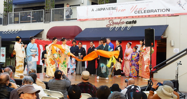 Kimono show at Little Tokyo event on Jan. 1, 2016. (Cultural News Photo)
